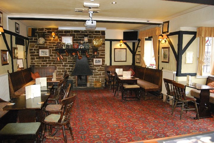 eyam-pub-bar-drink-peak-district-derbyshire